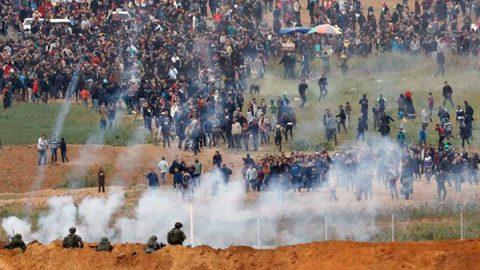 Gaza, violenti scontri al confine tra palestinesi ed esercito israeliano