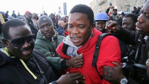 Senegalese ucciso a Firenze, ancora proteste in strada. Spinte al sindaco Nardella, lui se ne va