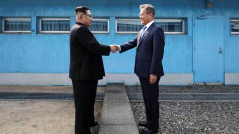 """Stretta di mano tra i leader delle due Coree: """"Impegno per una denuclearizzazione completa"""""""