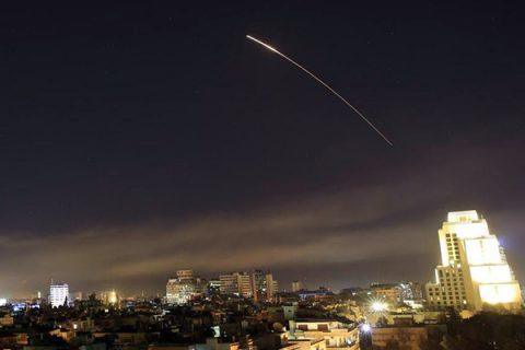 Usa, Francia e Gran Bretagna lanciano l'attacco in Siria: colpito centro di ricerche