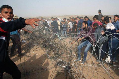 Nuovi scontri al confine con la Striscia di Gaza. Fonti mediche: più di 700 manifestanti feriti