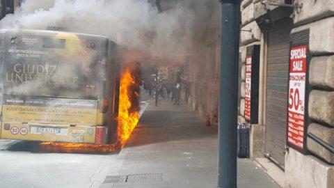Roma, esplode autobus in pieno centro: un ferito. Altro bus Atac in fiamme in periferia