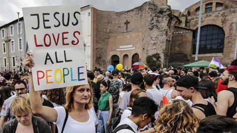 Roma si tinge di arcobaleno per il Gay Pride. Critiche al neoministro Fontana