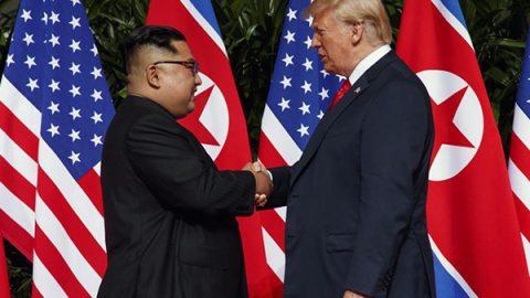 """Trump e Kim fanno la storia con una stretta di mano, verso la """"completa denuclearizzazione"""""""