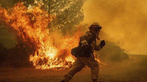 California in fiamme, devastata dal più vasto incendio della sua storia