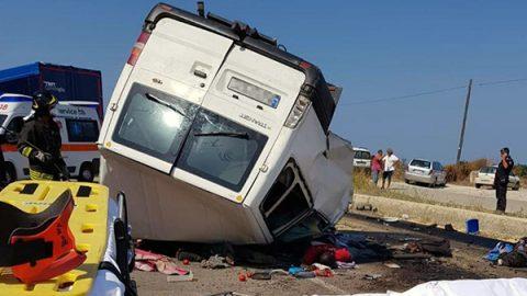Nuova strage di braccianti nel Foggiano: 12 vittime in un incidente tornando dai campi