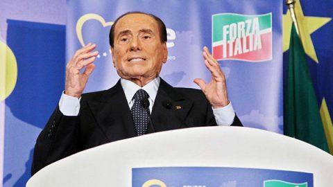 """Berlusconi: """"Torno in campo, M5S peggio dei comunisti. Un 'like' per aderire a Forza Italia"""""""