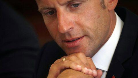 """Macron lancia il """"reddito universale"""" per sconfiggere la povertà"""