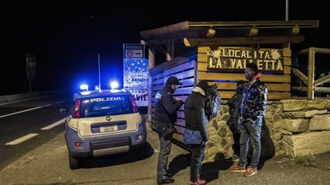 Funzionari del Viminale a Claviere dopo lo scontro con la Francia sui migranti
