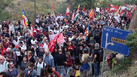 Riace, migliaia di persone sfilano per il sindaco Lucano. Lui saluta in lacrime
