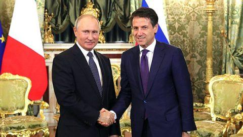 """Conte da Putin: """"Sanzioni da superare"""". Firmati 13 accordi commerciali Italia-Russia"""