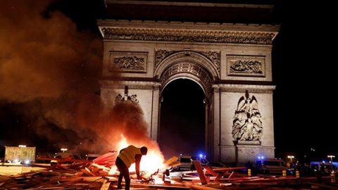 Gilet gialli, scontri sugli Champs-Elysées: lancio di lacrimogeni e guerriglia a Parigi