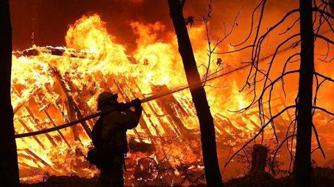 """Almeno 25 morti negli incendi che soffocano la California. Trump:""""Distruzione catastrofica"""""""