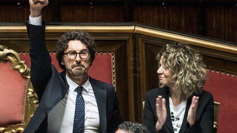 Il decreto Genova è legge, Toninelli esulta col pugno alzato: scoppia la bagarre in aula