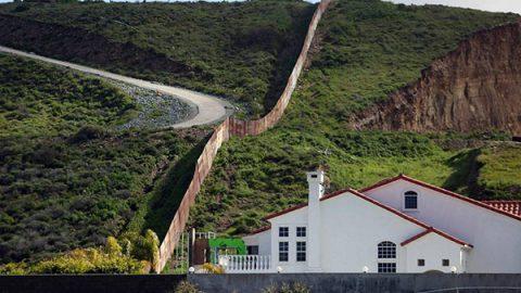 Cards Against Humanity acquista un'area del confine degli Stati Uniti per impedire a Trump di costruire il suo muro