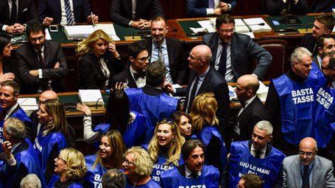 """Berlusconi lancia i """"gilet azzurri"""", da gennaio scenderanno in piazza"""