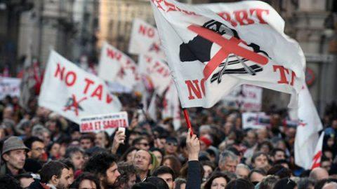 Una marea in piazza a Torino per ribadire il no all'Alta Velocità Torino-Lione
