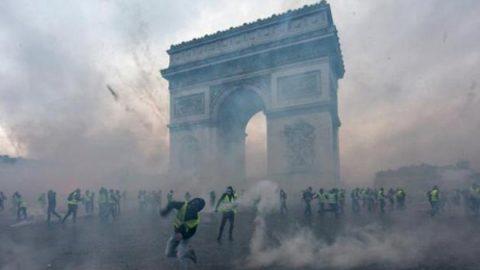 Gilet gialli, Macron cede e congela l'aumento dei prezzi. Ma la protesta va avanti
