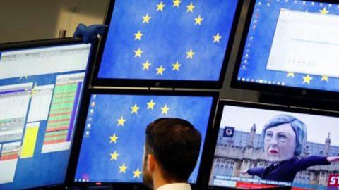 Mercati incerti dopo il voto su Brexit, Milano tenta il recupero con le banche