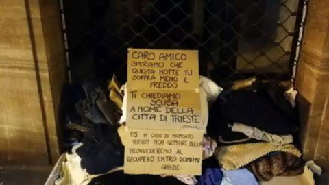 A Trieste i cittadini lasciano coperte per clochard e si scusano per il vicesindaco che le ha buttate