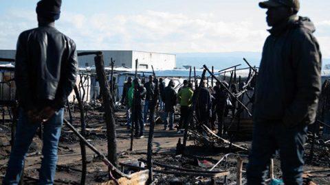 Nuovo incendio nella baraccopoli di San Ferdinando: un morto. Salvini: la sgomberiamo