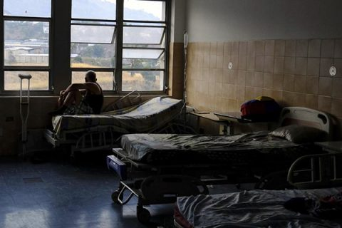 Nuovo blackout fa almeno 14 morti in ospedale, in Venezuela sale la protesta