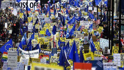 Bandiere Ue, slogan e cartelli anti-May. Un milione a Londra contro la Brexit
