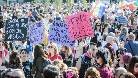 """A Verona il corteo """"transfemminista"""": """"Siamo in 100 mila per manifestare contro una società patriarcale"""""""