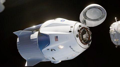 """Crew Dragon attracca alla Stazione Spaziale. Elon Musk: """"E' iniziata una nuova era"""""""