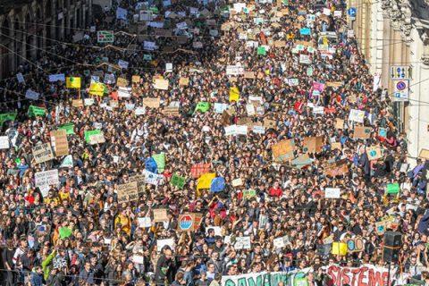 """""""Non esiste un pianeta B"""": in tutto il mondo migliaia di giovani in piazza"""
