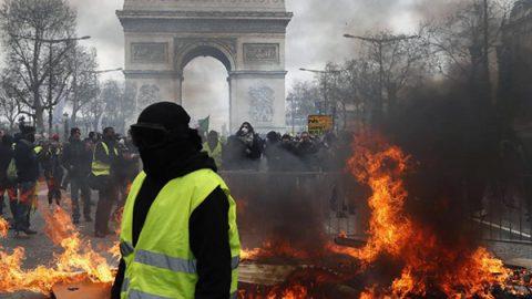Parigi, gilet gialli di nuovo in piazza: scontri con la polizia, palazzi incendiati e negozi saccheggiati