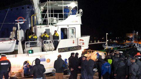 """Sbarcano a Lampedusa i 49 migranti della Mare Jonio. Salvini: """"Arrestare i responsabili"""""""