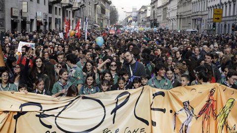 """""""Prima le persone"""", 200 mila in piazza a Milano contro razzismo e discriminazioni"""