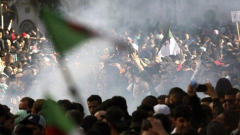 Algeria, monta la protesta: decine di migliaia in piazza contro il presidente Bouteflika