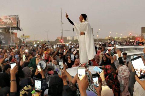 """La manifestante """"ispiratrice"""" diventa simbolo di resistenza per le donne sudanesi"""