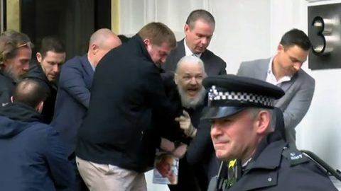 Assange arrestato a Londra da Scotland Yard. Il Cremlino: siano rispettati i suoi diritti