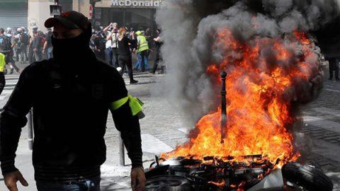 I gilet gialli protestano anche contro il caso Notre-Dame, guerriglia e scontri a Parigi