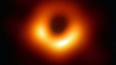 """Fotografato per la prima volta un buco nero: """"È lo scatto del secolo"""""""