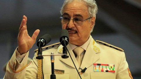 """Libia fuori controllo, Haftar: """"Conquistiamo Tripoli"""". al-Sarraj annuncia raid aerei"""