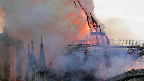La cattedrale Notre-Dame di Parigi divorata da un incendio: crollati tetto e guglia