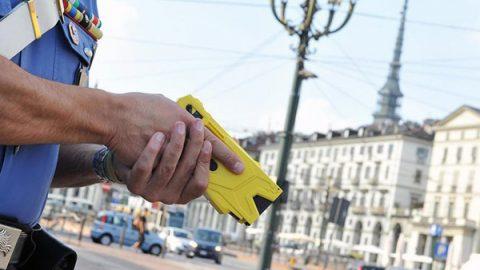 """Salvini: """"Da giugno pistole elettriche alle forze dell'ordine"""""""