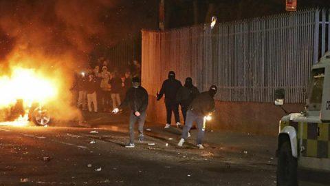 """Scontri in Irlanda del Nord, muore una giornalista: """"È terrorismo"""""""