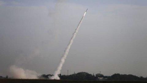 Centinaia di razzi da Gaza, altri due morti israeliani. Dodici vittime palestinesi, anche dirigente Hamas