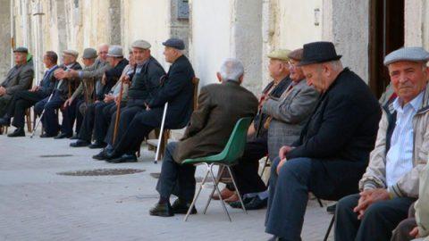 Il rapporto dell'Istat: in Italia il peggior calo demografico degli ultimi 100 anni. Gli ultracentenari sono quasi 15mila