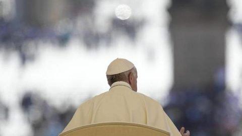 Il Papa: l'Europa chiude i porti alla gente sulle navi ma li apre alle armi