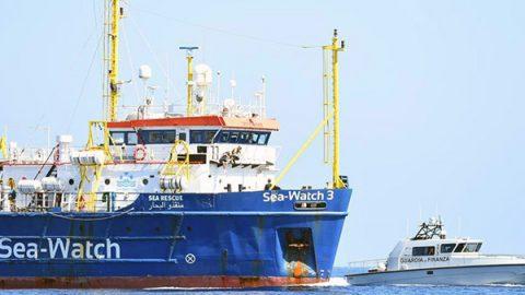 Sea Watch forza il blocco: entriamo in porto a Lampedusa, i naufraghi sono allo stremo
