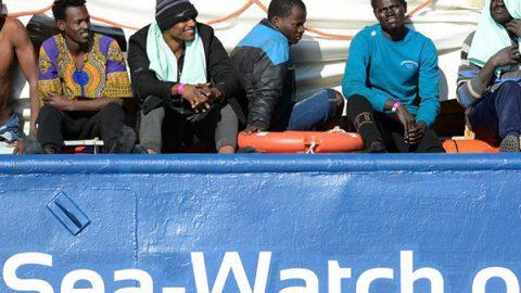 """Sea Watch, respinto il ricorso alla Corte di Strasburgo. I migranti: """"Siamo esausti, fateci scendere"""""""