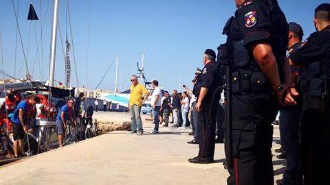 Il veliero Alex a Lampedusa: sbarcano 41 migranti. Mezzo sequestrato, equipaggio indagato