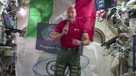 """Parmitano in orbita a 400 km: """"Da qui la Terra sembra molto peggiorata"""""""