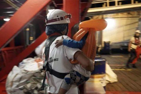 """Migranti, l'Italia assegna il porto di Lampedusa alla Ocean Viking. Salvini: """"È la resa"""""""